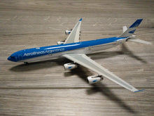 Load image into Gallery viewer, 1:400 PHOENIX AEROLINEAS ARGENTINAS A340-300 LV-CSE
