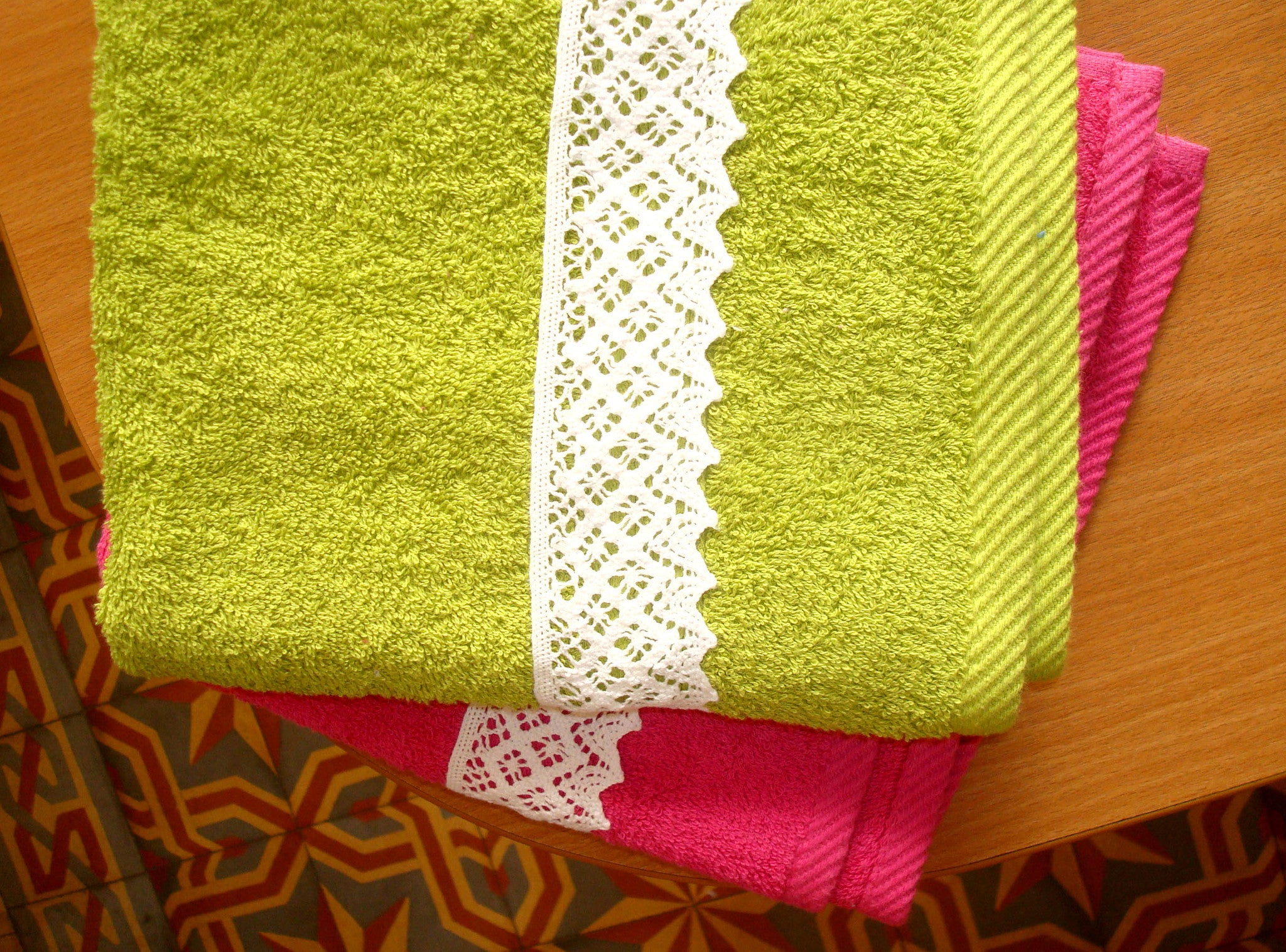 Triangular Edge Lace on Hot Color Towels|مناشف ذات دانتيل كروشيه مسنن
