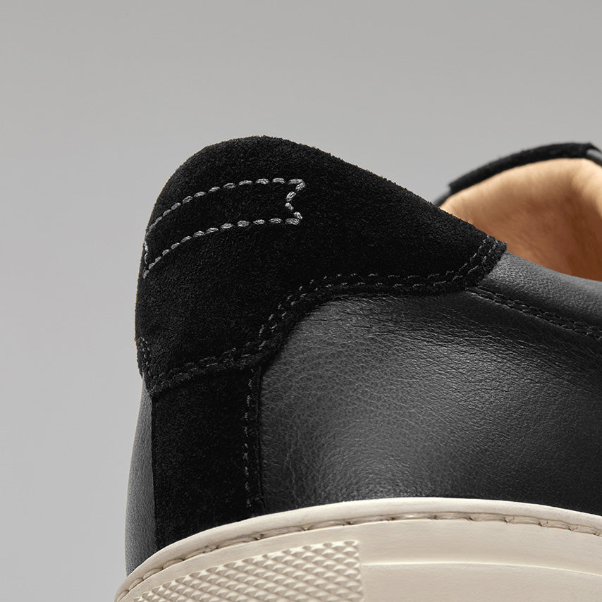 Detailed view of the heel Men's Court Sneaker in Nero Black upper /  cream sole