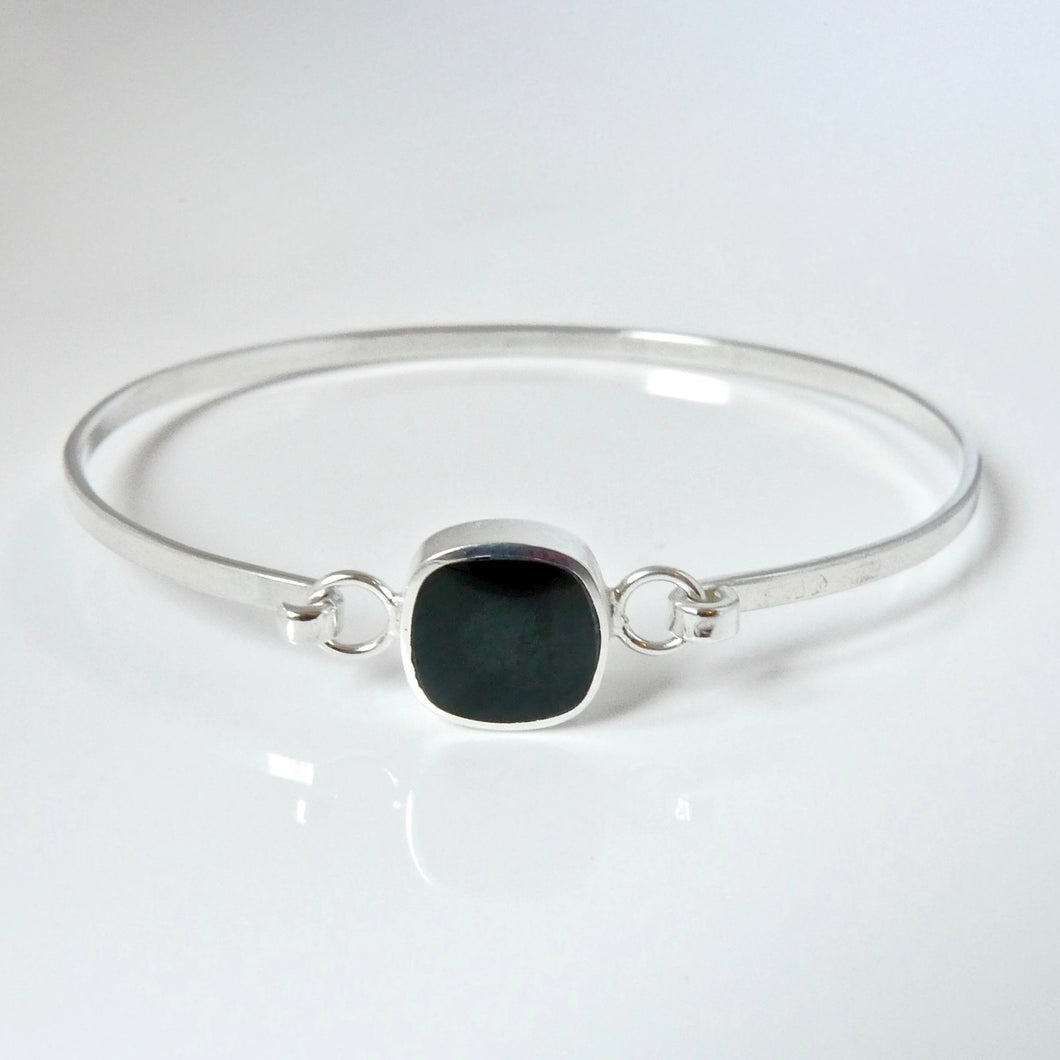 Whitby Jet cushion-shaped silver tension bangle