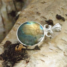 Load image into Gallery viewer, labradorite pendant with goldstone on the reverse