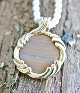 Agate Pendant in 9ct Gold