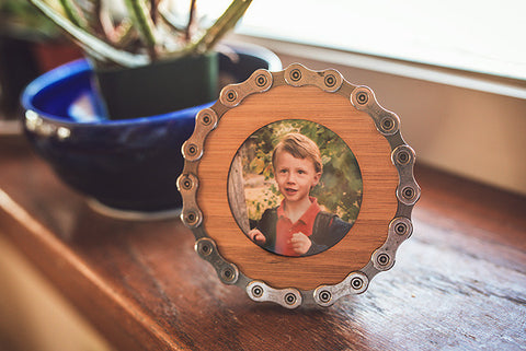 Recycled bicycle chain picture frame - round