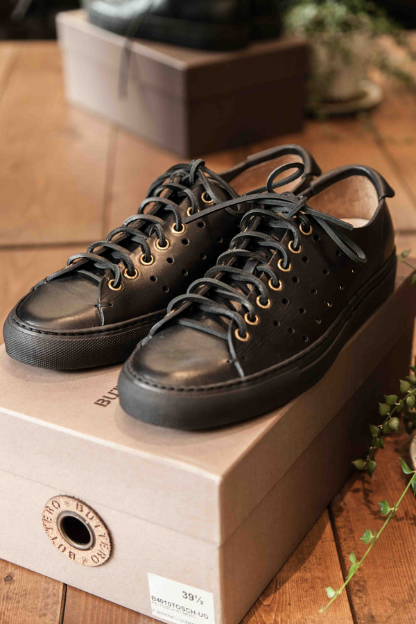 PERFORATED TANINO LOW TOP SNEAKERS – NERO/NERO