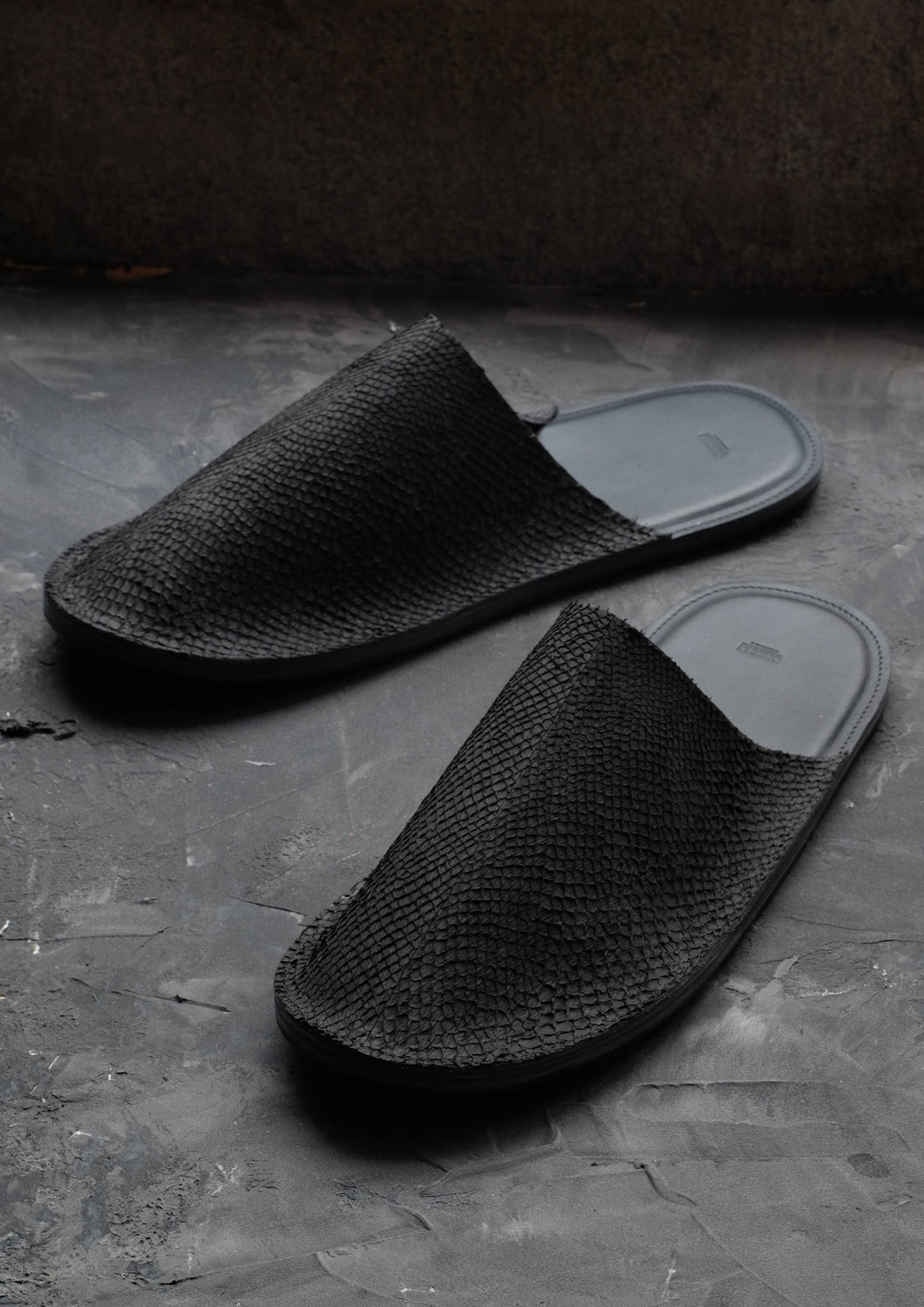 Salmon leather slippers black