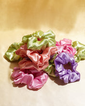 Load image into Gallery viewer, SCRUNCHIE ROSE