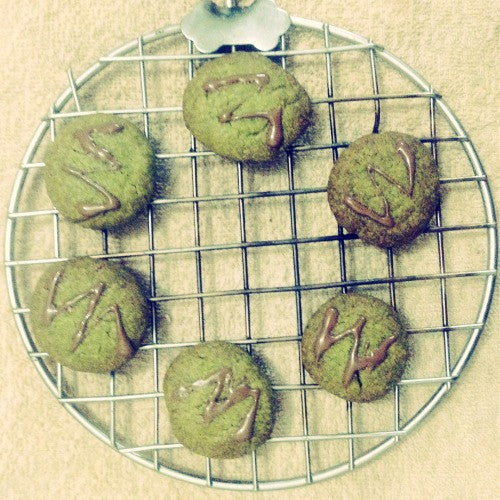 Easy & delicious Matcha Cookies with molten chocolate drizzle