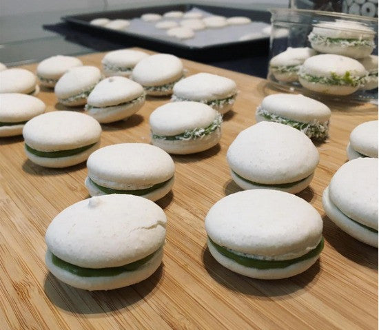 Switch eggs with aqua faba and bake for yourself these lovely delicious and TOTALLY vegan Avocado Matcha Macarons