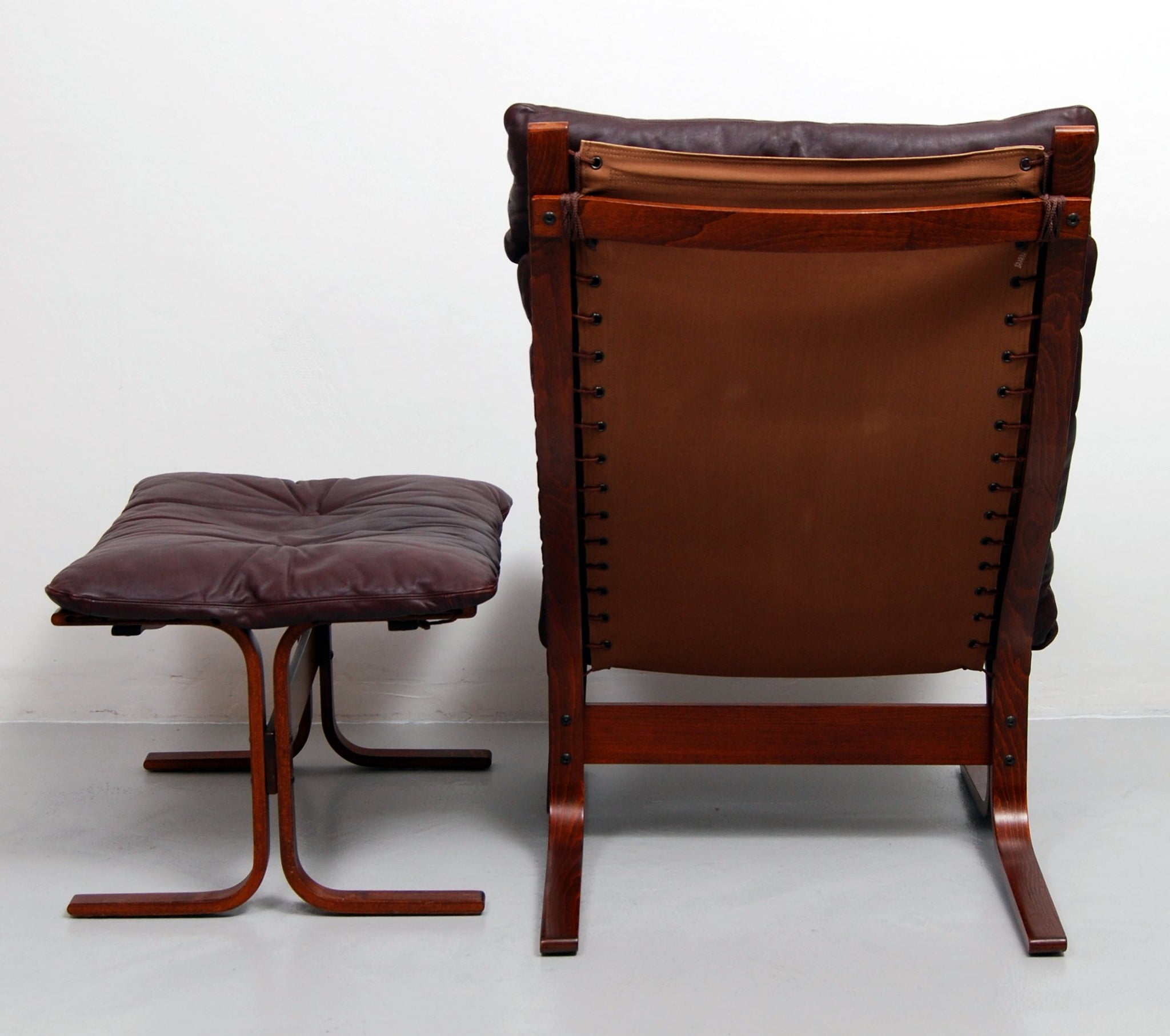 Admirable Siesta High Back Sling Lounge Chair And Ottoman By Ingmar Spiritservingveterans Wood Chair Design Ideas Spiritservingveteransorg