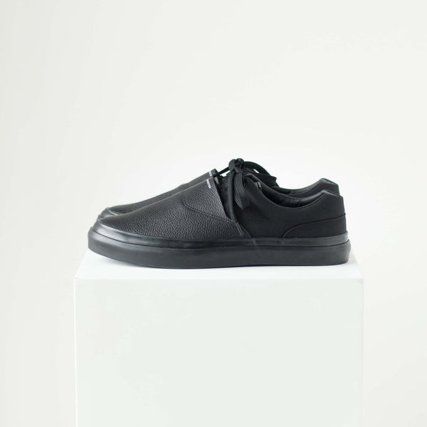 SOLID KICKS NO.7 - BLACK/BLACK