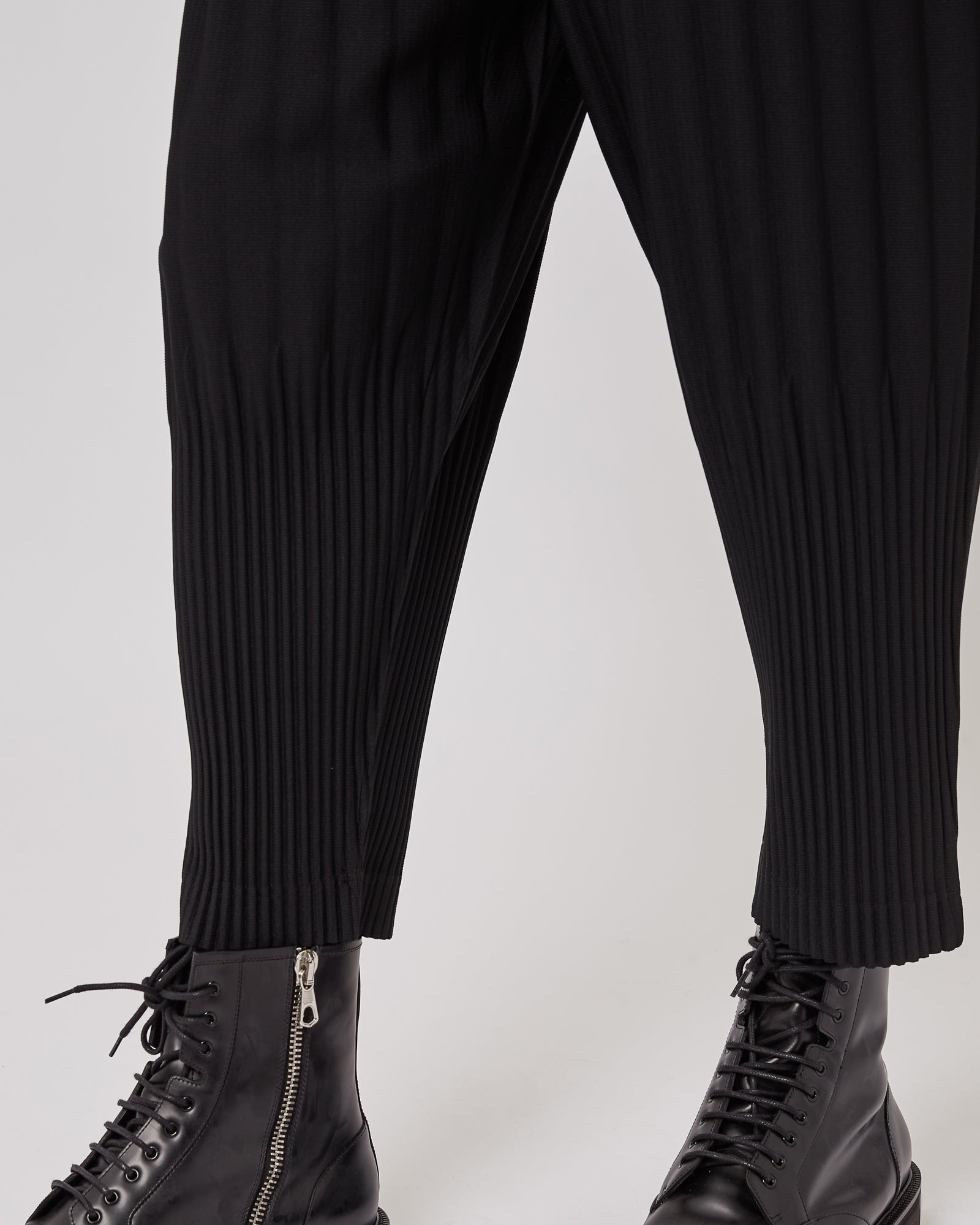 Tapered Pleated Pants in Black