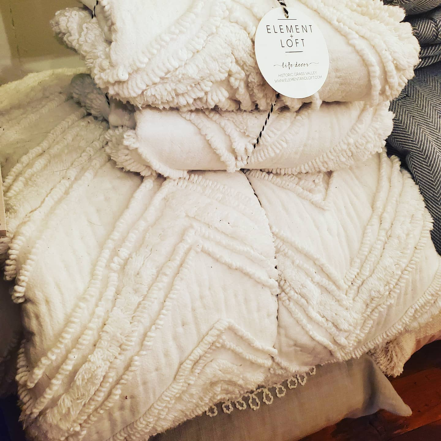 Candlewick Dovetail White Chenille Queen Quilt