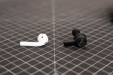 JBuds Air Executive ved siden av Apple Airpods