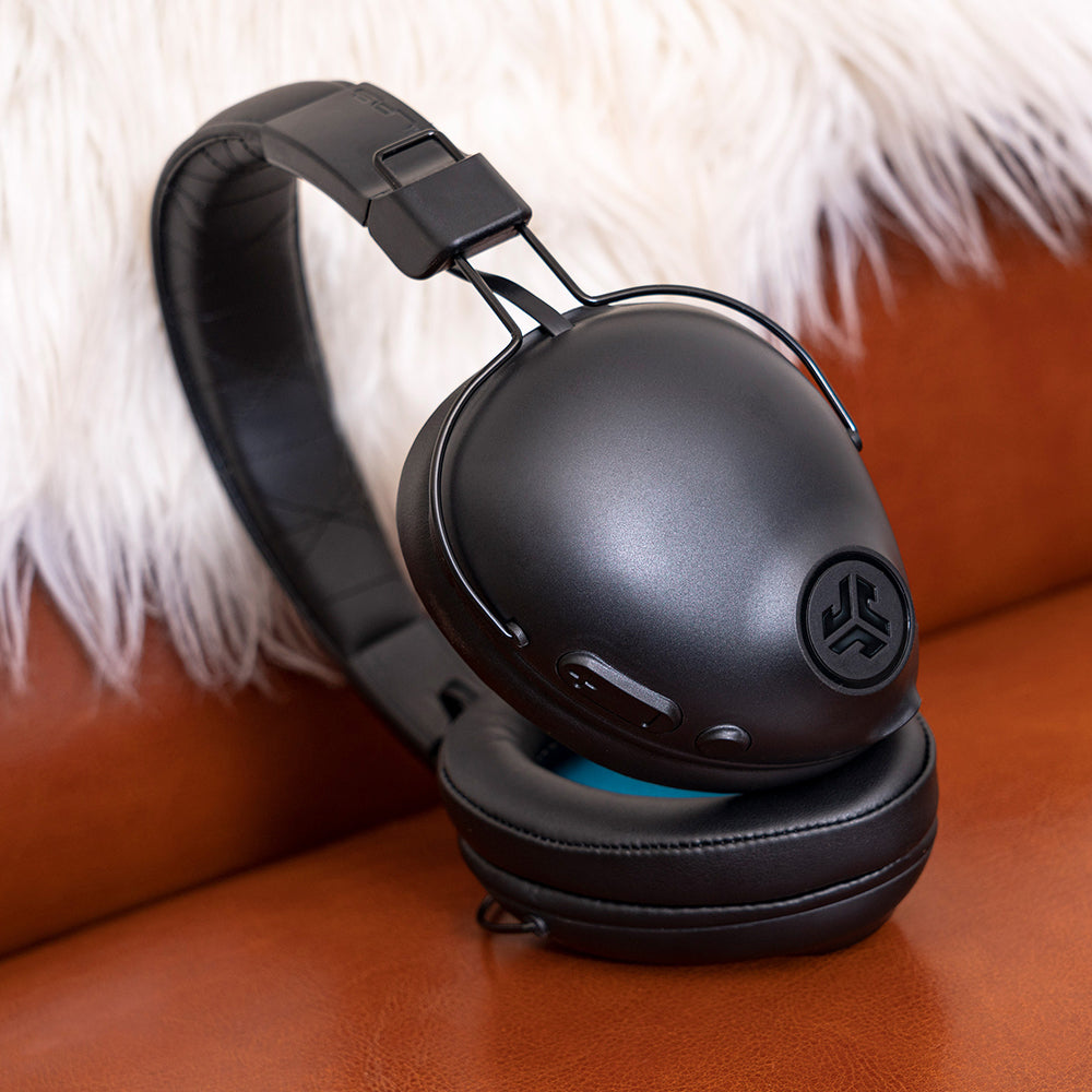 Black Studio Pro Wireless Over-Ear hörlurar sidoprofil mot mjuk filt