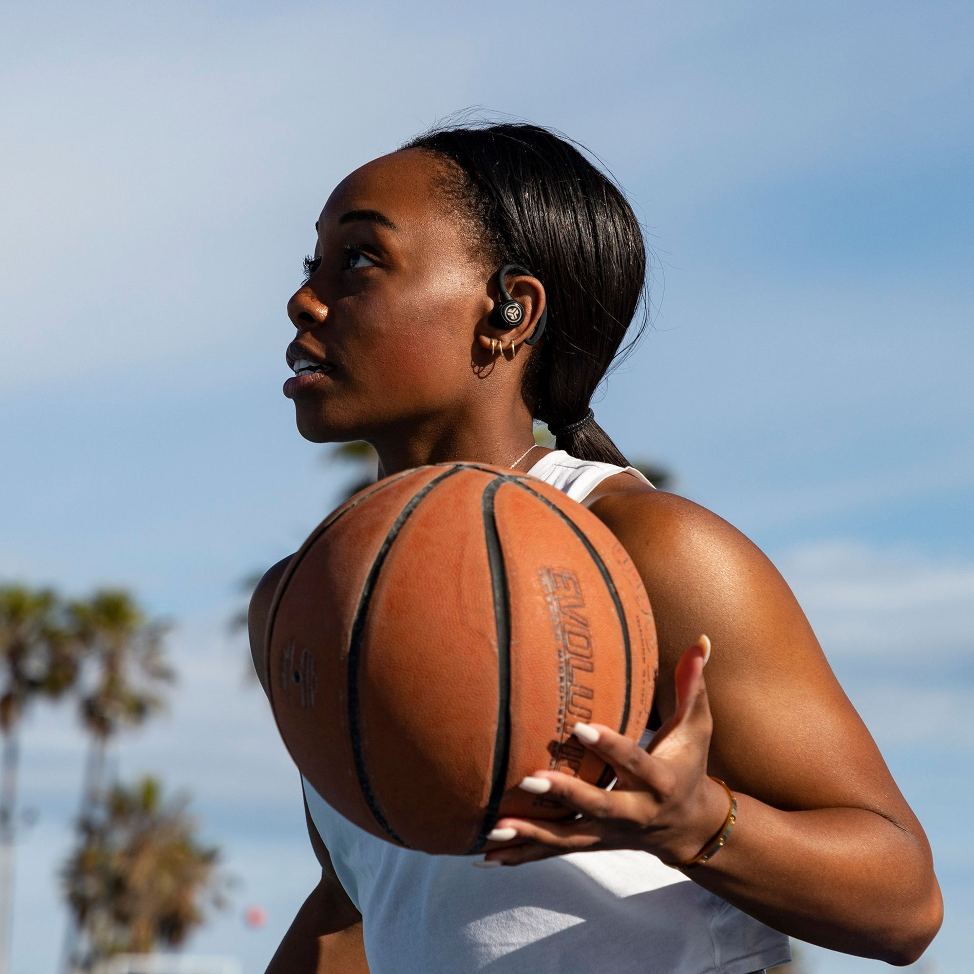 Femme, basketball jouant, porter Epic Air Sport True Wireless Ecouteurs