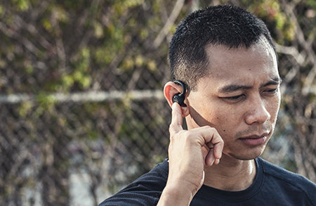 Homme tapant Epic Air Elite Earbud