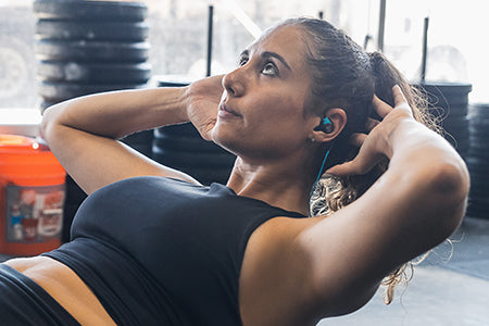 Fille qui porte Fit Sport 3 Wireless Écouteurs de fitness