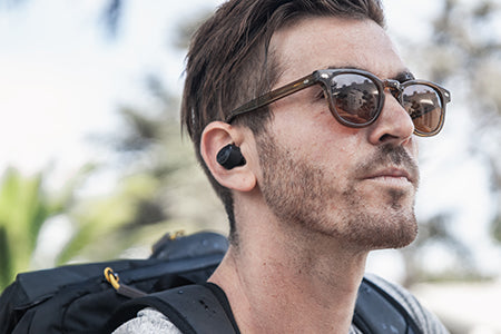 Fyren har på seg JBuds Air True Wireless Earbuds Øreplugger