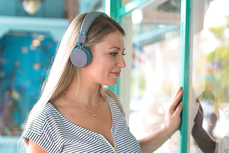 Fille qui porte Neon On-Ear Headphones