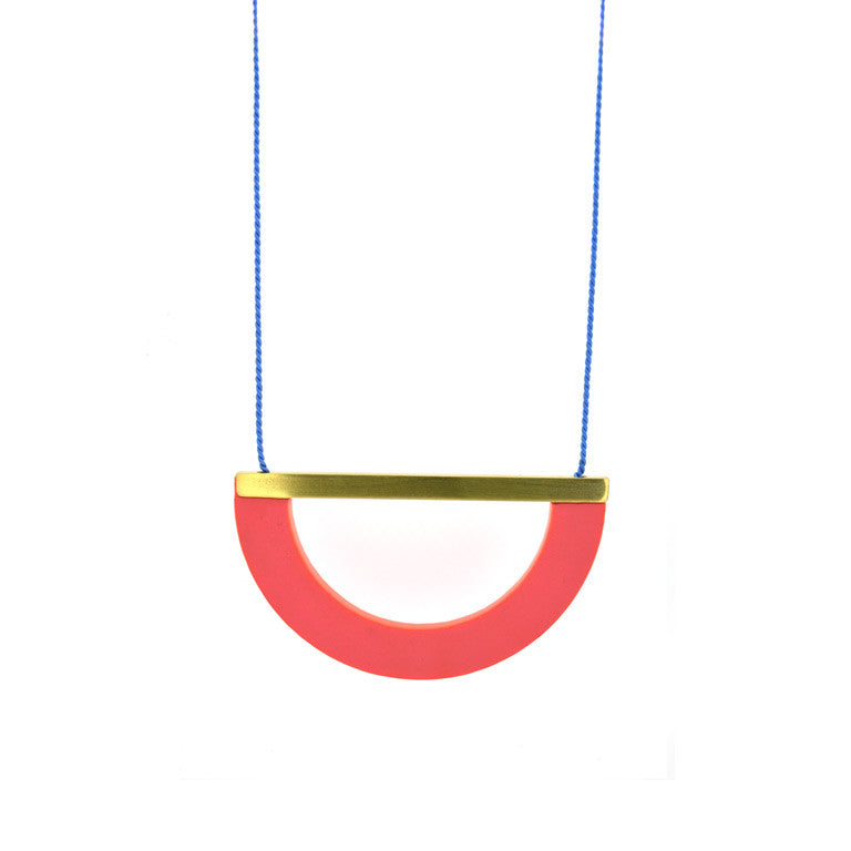 ACRYLIC/BRASS ARC NECKLACE - RASPBERRY