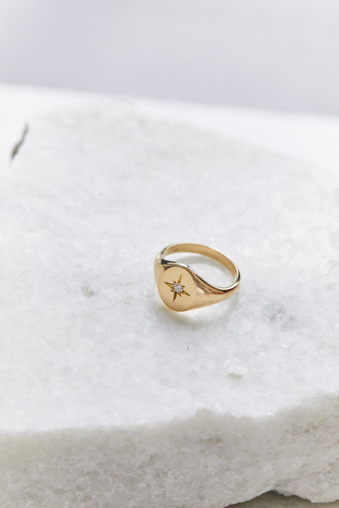 14K CLASSIC OVAL SIGNET RING WITH STAR SET DIAMOND, SZ 3.5