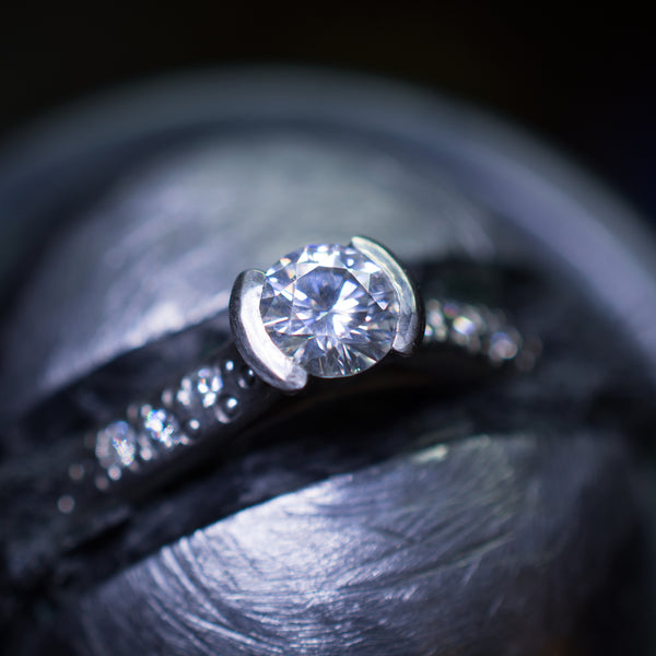 setting of the moissanite