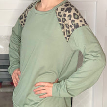 Load image into Gallery viewer, green and leopard print contrast long sleeve top