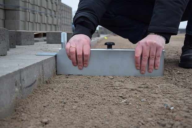 Maxi Gauge allows for easy screeding up against a fixed edge