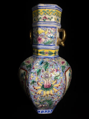 qianlong ground famille jaune vase