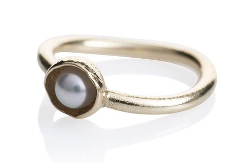 "Waterlily Ring Gold White Pearl ""Embrace"""