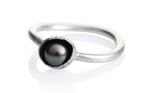 "Waterlily Ring Silver Black Pearl  ""Embrace"""