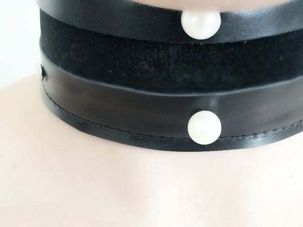 Leather and velvet choker with pearls
