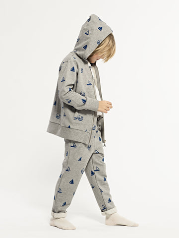 SS19 spring collection from One We Like made of 100% organic cotton. Sweatshirt hoodie with zip on front and hood. Pockets in the sides. Boats prints all over