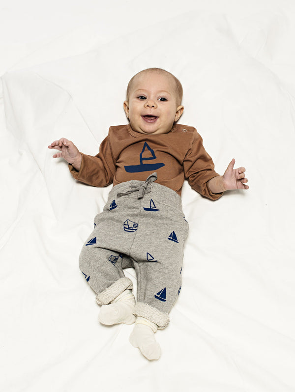 SS19 spring collection from One We Like made of 100% organic cotton. Sweatshirt Pants with rib at waist and adjustable string. Straigh fit. Boats all over prints.