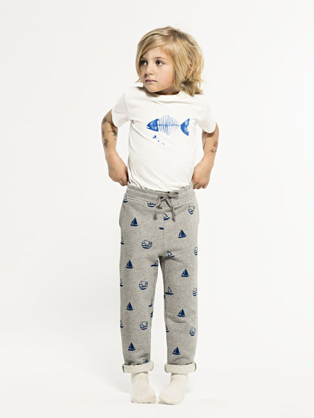 SS19 spring collection from One We Like made of 100% organic cotton. Sweatshirt Pants with ribbed waist and adjustable string at the waist. Small fold by the legs. All over prints with boats
