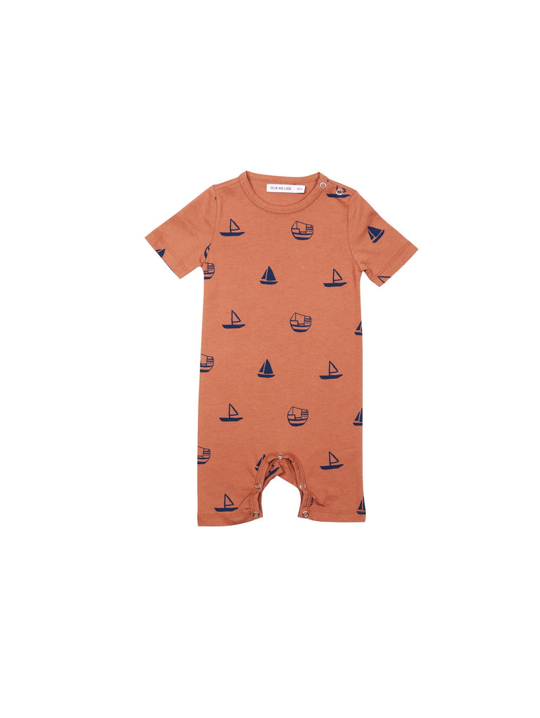 SS19 spring collection from One We Like made of 100% organic cotton. Suit with short sleeves and short arms. Snapbuttons at neck and in between legs.Boats print all over