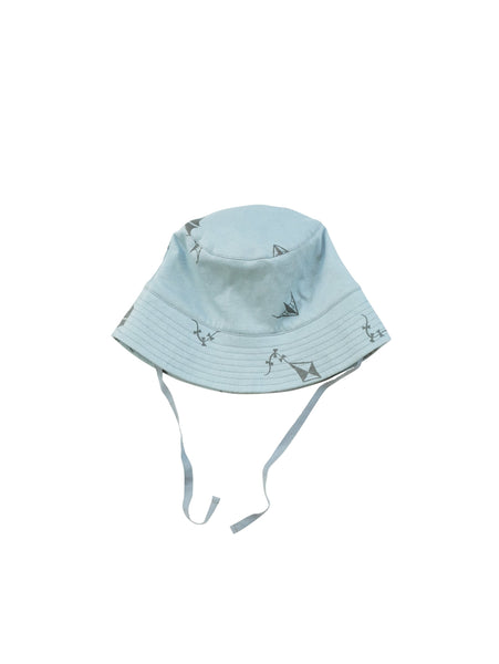 Keep your head cool with our summer bucket hat with all over Kite print. Size XS and S has hearingbone string that can be tied under the chin. Made of 100% organic cotton in Portugal.