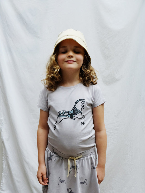 Light and airy top with round neck and shot sleeves. Fun and retro horse handmade print at front. Made of 100% organic cotton.