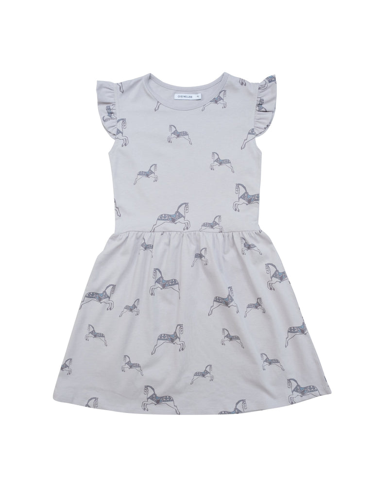 Summer dress with frills around shoulders and ruched waist. Kneelength and runs sliglty big in size so if you're inbetween sizes chose the smaller size. All over print with our fun horse print.