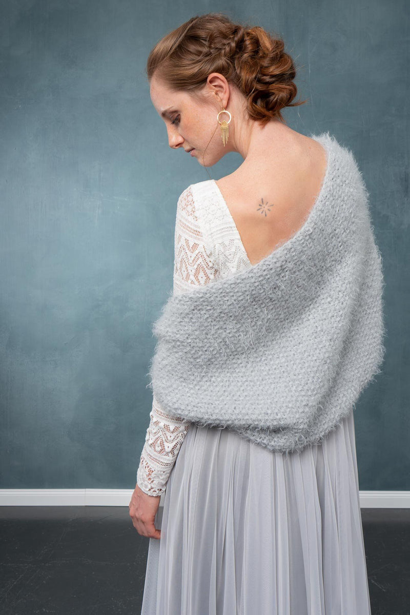 Kurze Brautjacke, Strickbolero für die Braut in Grau - Hold Me Now Mini