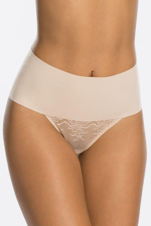 Undie-Tectable Lace Thong - Tanga mit Spitze und Shaping Effekt - SPANX