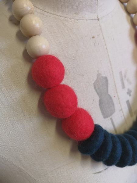 Throw on Merino and Wood Necklace Bretton