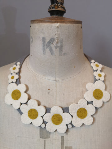 Retro Daisy Necklace