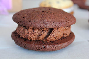 chocolate cakes with chocolate cream whoopie pie
