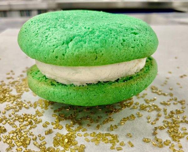 smart irish blonde whoopie pie for st. patrick's day with green vanilla cakes and vanilla cream