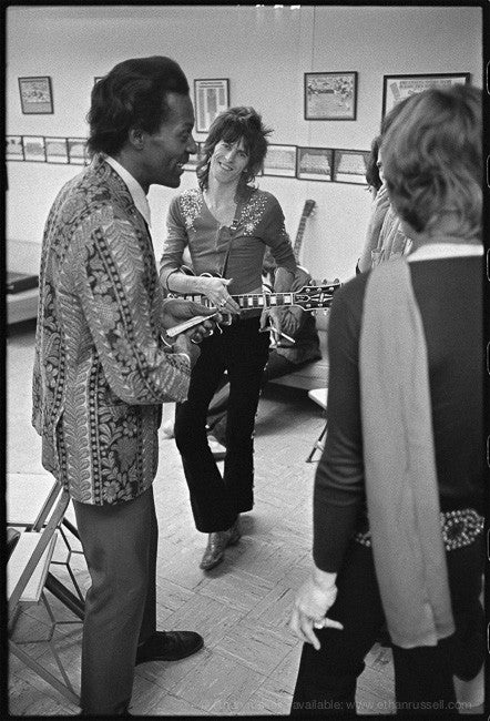 SHPC CHUCK BERRY AND KEITH RICHARDS. BACKSTAGE 1969