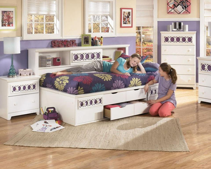 Zayley White Full Bed