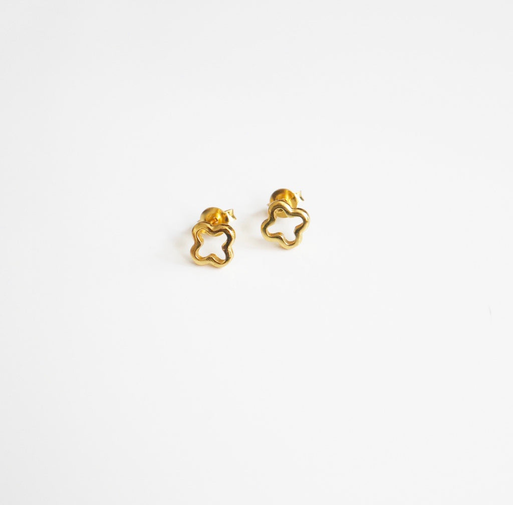 gold flower earrings by KesleyBoutique, girlwit3jobs, shopping in Miami, jewelry in Miami, small stud earrings in gold