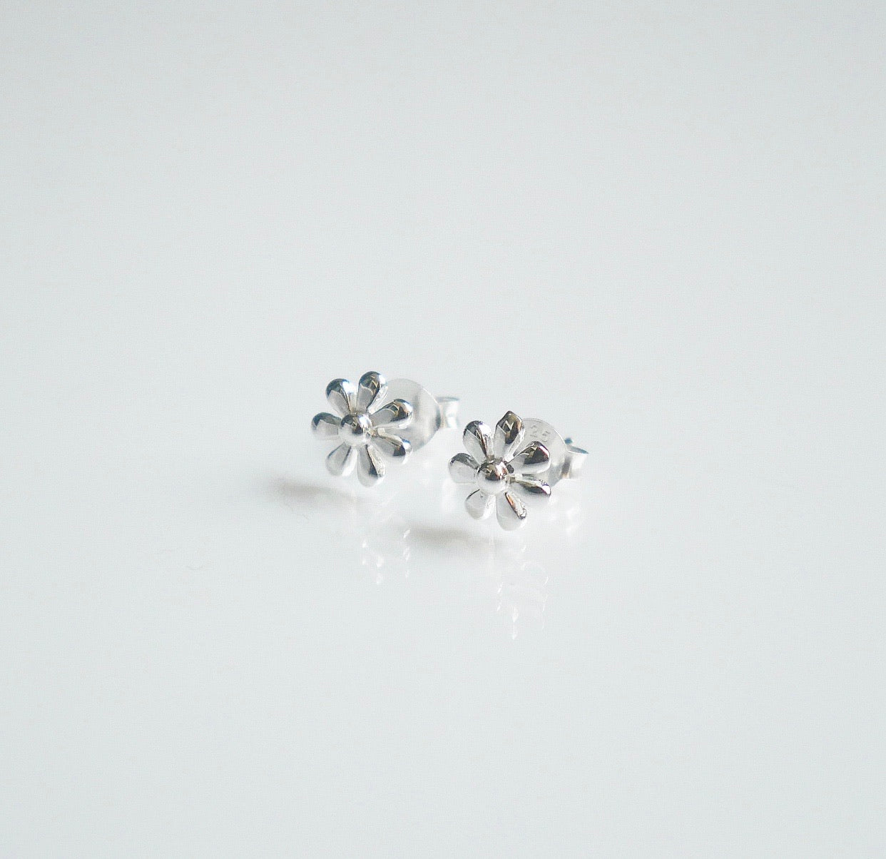 Flower stud earring by KesleyBoutique.com, Girlwith3jobs.com, Flower studs, daisy earrings in sterling silver, sterling silver stud flower earrings by Kesley
