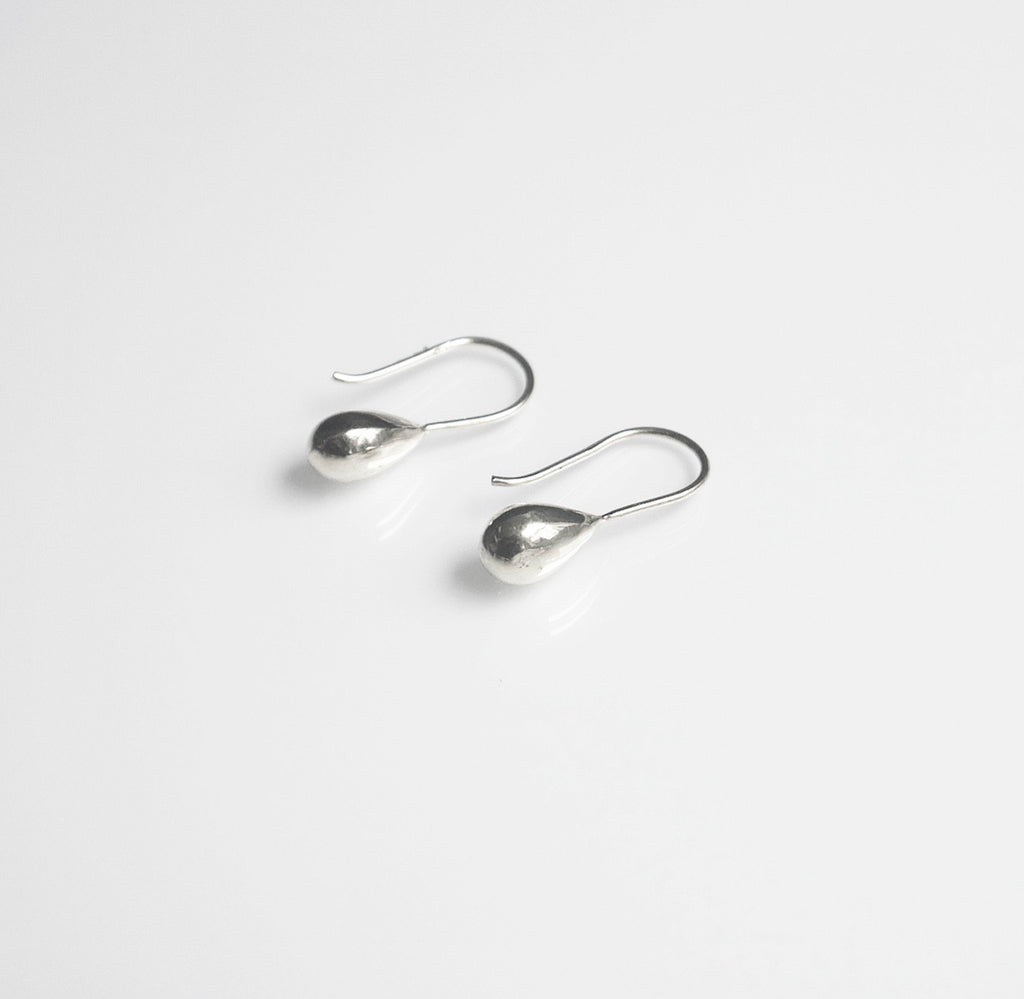 rain drop silver earrings, simple earrings, classic earrings, classy earrings, nice earrings, light weighr earrings in sterling silver .925 silver earrings, anti tarnish sterling silver earrings, cute earrings fashion blogger earrings sterling silver girlwith3jobs, kesleyboutique